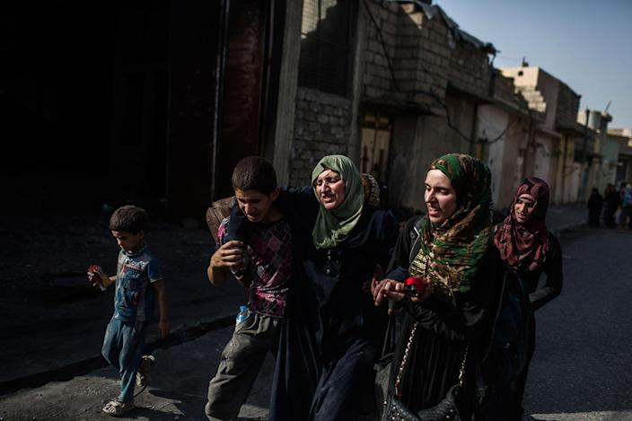 <p>Iraqi civilians flee through a street as Iraqi special forces continued their advance. A huge number of civilians have emerged from Mosul's rubble starving, injured and traumatized. Mosul. Iraq. July 2, 2017. (Photograph by Diego Ibarra Sánchez / MeMo) </p>