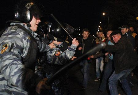 Russian police scuffle with protesters in the Biryulyovo district of Moscow