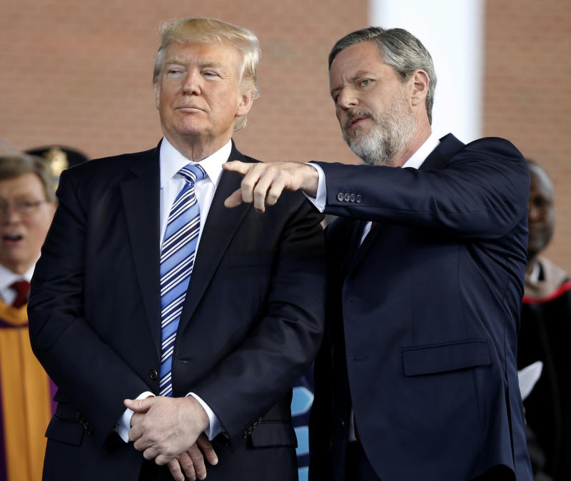 El presidente Donald Trump con Jerry Falwell Jr., presidente de la Liberty University. (AP Photo/Steve Helber)