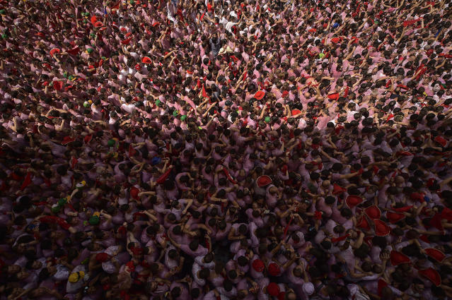 <p>Revelers pack the main square duringthe launch of the <em>chupinazo</em> rocket to celebrate the official opening of the 2017 San Fermín Fiesta. (Photo: Alvaro Barrientos/AP) </p>