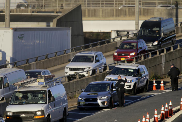 <p>Port Authority police talk to drivers as they make their way toward the George Washington Bridge in Fort Lee, N.J., Thursday, Oct. 25, 2018. (Photo: Seth Wenig/AP) </p>