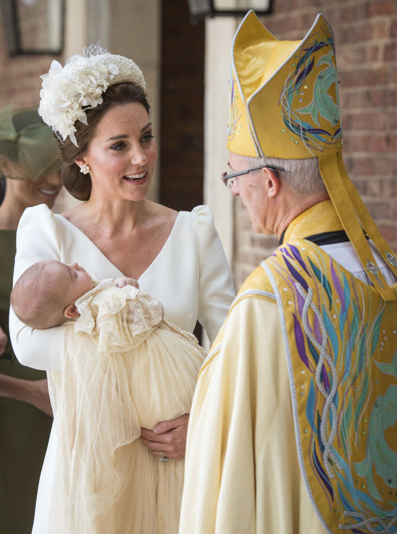 Catalina la duquesa de Cambridge habla con el arzobizpo de Canterbury Justin Welby al llegar al bautizo del príncipe Luis en la Capilla Real del palacio de Saint James en Londres el lunes 9 de julio de 2018. (Dominic Lipinski/Pool Photo via AP)