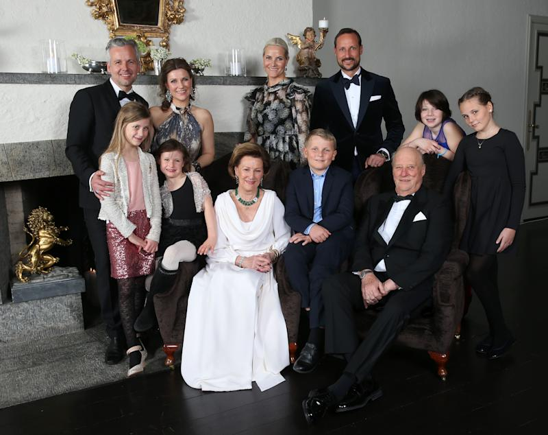A photo of the Norwegian Royal family (Ari Behn, princess Märtha Louise, Leah Isadora Behn, Emma Tallulah Behn, queen Sonja, prince Sverre Magnus, king Harald, crown princess Mette Marit, crown prince Haakon, Maud Angelica Behn and princess Ingrid Alexandra) taken on the occasion of King Harald's 25th throne anniversary in 2016 at the crown prince couple´s residence at Skaugum.