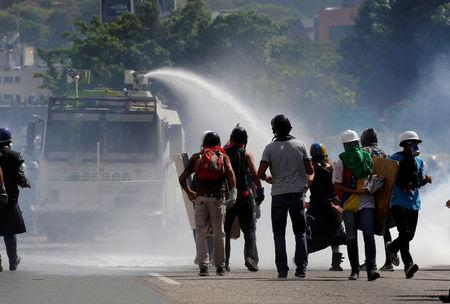 Opposition supporters clash with riot security forces while rallying against President Nicolas Maduro in Caracas, Venezuela, May 18, 2017. REUTERS/Carlos Barria