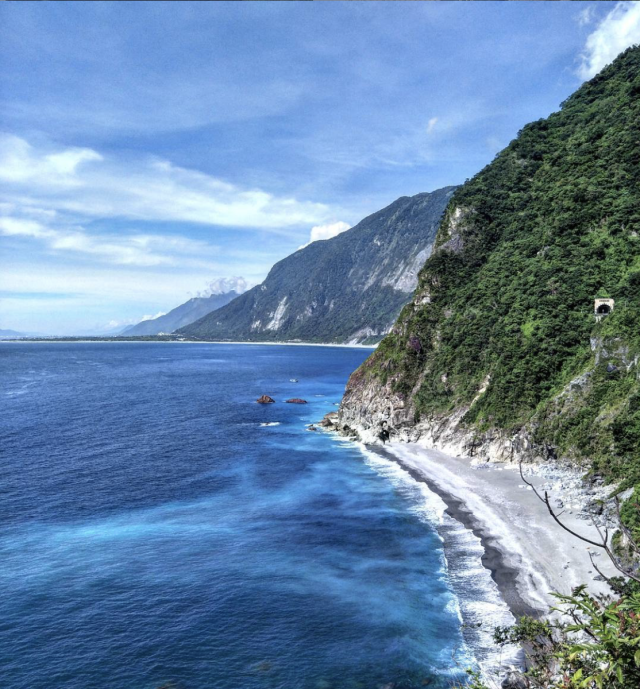 <p>大清水休憩區可遠眺清水斷涯以及蔚藍太平洋|You could enjoy the magnificent view of the pacific ocean and the breathtaking Qingshui cliff at the Daqingshui Recreation Area. (Courtesy of IG: gaobieyouzi)</p>