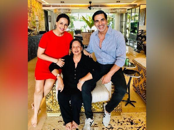 Akshay Kumar with his sister and mother