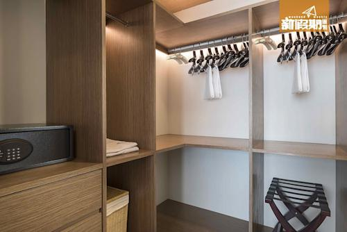 14-The-Pillars-Executive-One-Bedroom-Residences---Walk-in-Closet-1MB