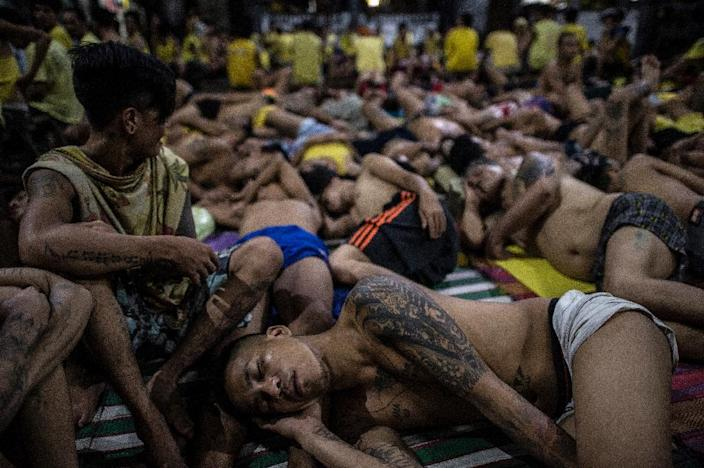 Inmates sleep shoulder to shoulder on the ground inside the overcrowded Quezon City Jail, in the Philippines (AFP Photo/Noel Celis )