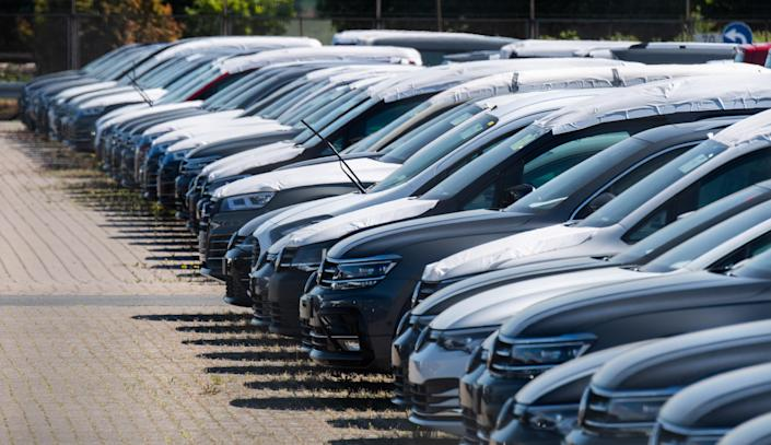15 May 2020, Lower Saxony, Lehrte: New Volkswagen vehicles are parked in a parking lot of a logistics company. Photo: Julian Stratenschulte/picture alliance via Getty Images