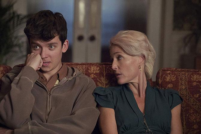 Asa Butterfield y Gillian Anderson en Sex Education (©Sam Taylor/Netflix)