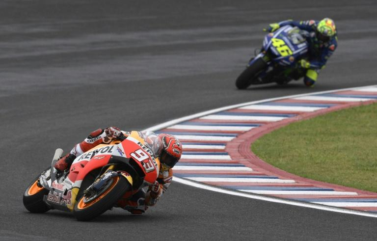 Marc Marquez (L) rides his Honda to get pole position ahead of Italy's biker Valentino Rossi at Termas de Rio Hondo circuit in Santiago del Estero, Argentina on April 8, 2017