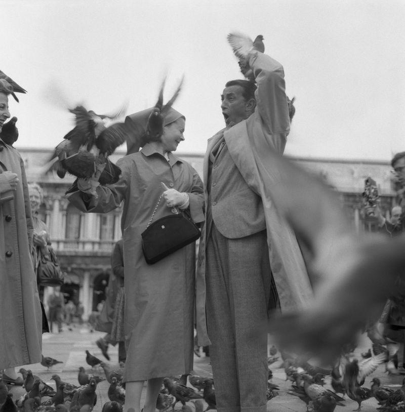 <p>Vivien Leigh and her companion look flustered as the notorious pigeons of St. Mark's Square in Venice, Italy fly around them while sightseeing in 1957.</p>