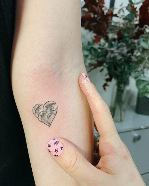 "<p>A <a href=""https://www.cosmopolitan.com/style-beauty/beauty/a8592530/heart-tattoos-designs/"" rel=""nofollow noopener"" target=""_blank"" data-ylk=""slk:heart-shaped"" class=""link rapid-noclick-resp"">heart-shaped</a> wave might sound a little cheesy in theory, but if it comes out even half as cool as this tattoo, you've got nothing to worry about.<br></p><p><a href=""https://www.instagram.com/p/B4y9iFdJ5EP/"" rel=""nofollow noopener"" target=""_blank"" data-ylk=""slk:See the original post on Instagram"" class=""link rapid-noclick-resp"">See the original post on Instagram</a></p>"