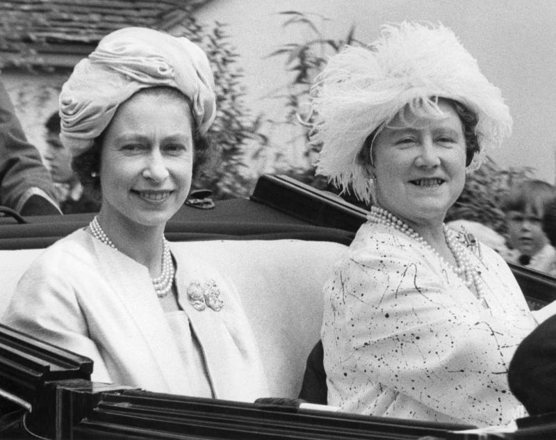 Britain's Queen Elizabeth II (L) and Queen Mother Elizabeth arrive at Ascot racecourse on June 21, 1963. (Photo by - / CENTRAL PRESS / AFP) (Photo credit should read -/AFP via Getty Images)