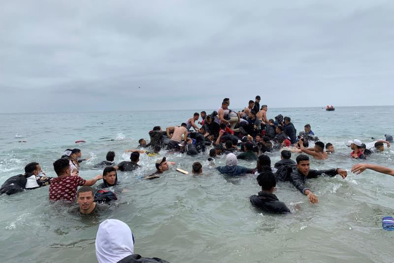 Arrival of hundreds of people to the coasts of Ceuta (EFE)