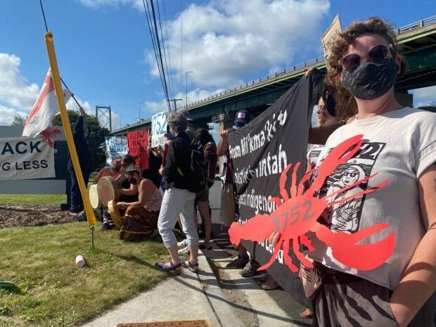 The protesters were stationed outside of the entrance to the Department of Fisheries and Oceans office in Dartmouth. (Jack Julian/CBC - image credit)