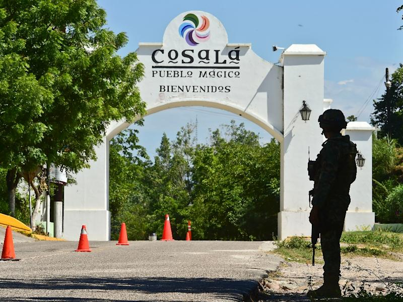 """A Mexican soldier stands guard outside the town of Cosala on October 17, 2015 during the ongoing search for escaped drug kingpin Joaquin """"El Chapo"""" Guzman (AFP Photo/Ronaldo Schemidt)"""