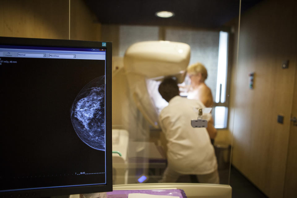 A technician carries out a routine mammogram. (Getty Images)