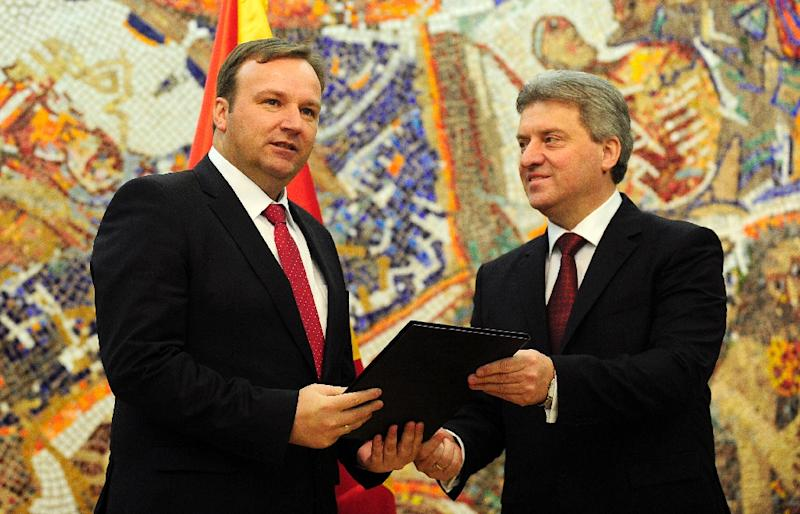 Macedonian President Gjorge Ivanov (R) hands a mandate for forming a new government to interim premier Emil Dimitriev on January 18, 2016 in Skopje