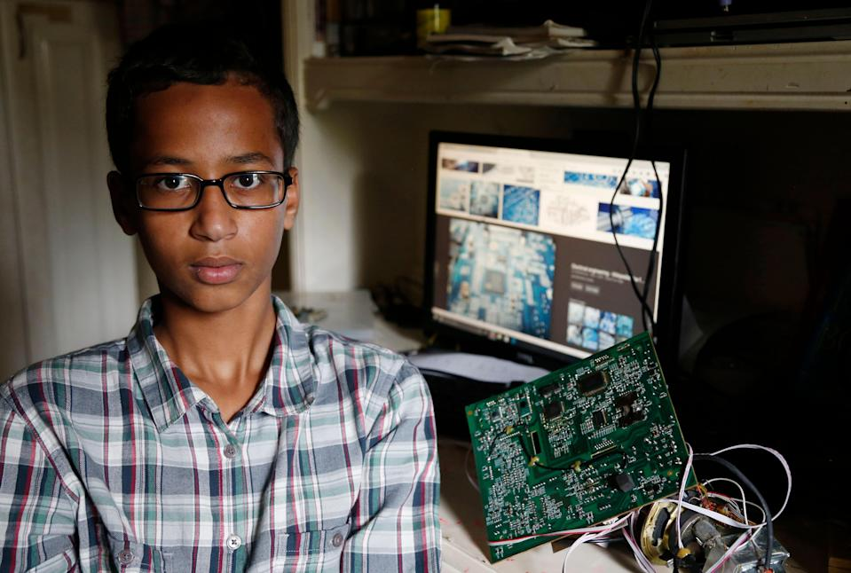 #IStandWithAhmed: Twitter lights up in support of Muslim teen detained for bringing homemade clock to school