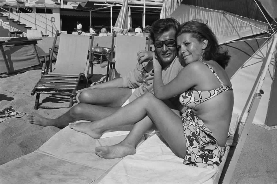 <p>Luisa Mattioli e Roger Moore a Cannes nel 1969 (Photo by Reg Lancaster/Daily Express/Hulton Archive/Getty Images)</p>