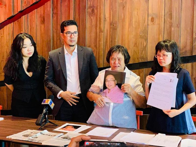 Wong Ji Kui's sister Wong Hie Huong (right) together with their mother Law Boh Ing (2nd right), lawyer Adnan Seman (2nd left) and Christina Teng at a press conference in Sibu October 4, 2019. — Picture courtesy of Wong Ji Kui's family