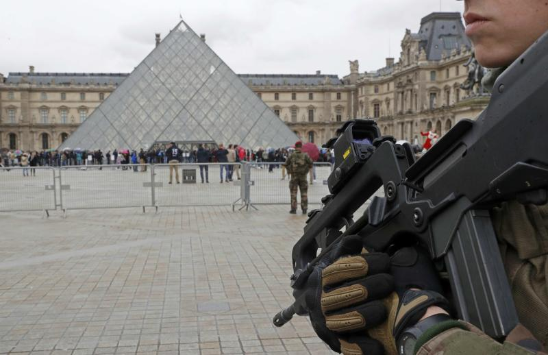 FILE PHOTO - French army paratroopers patrol near the Louvre museum in Paris, France, March 30, 2016.  REUTERS/Philippe Wojaze/File photo