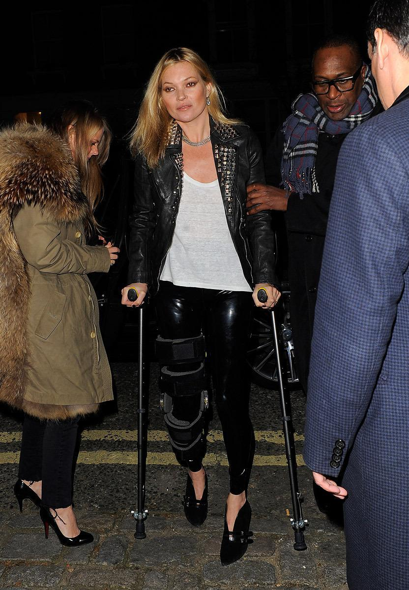 <p>Mossy would never let a fire 'fit evade her … even if heels probably aren't ideal when you're on crutches. <i>(Photo: Vantagenews.com)</i></p>
