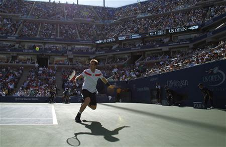 Andy Murray of Britain chases down a return to Stanislas Wawrinka of Switzerland at the U.S. Open tennis championships in New York September 5, 2013. REUTERS/Eduardo Munoz