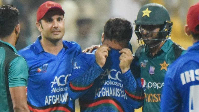 Asia Cup 2018: Shoaib Malik Consoles Rashid Khan After Pakistan Manages to Beat Afghanistan in Last-Over Thriller