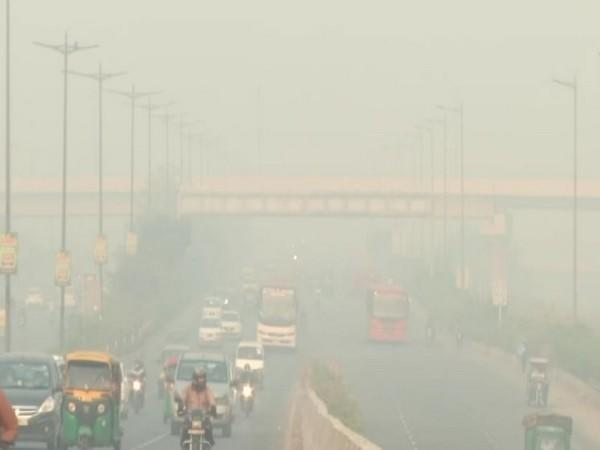 Dense smog engulfed Delhi on  Monday. [Photo/ANI]