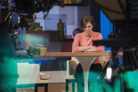 """Amanda Knox sits alone before being interviewed on the set of ABC's """"Good Morning America"""" in New York January 31, 2014. REUTERS/Andrew Kelly"""