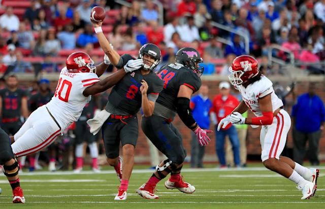 "Houston defensive lineman <a class=""link rapid-noclick-resp"" href=""/ncaaf/players/266709/"" data-ylk=""slk:Ed Oliver"">Ed Oliver</a> is one of the best defensive players of the country. (Photo by Tom Pennington/Getty Images)"