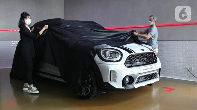 Chairman PT Plaza Auto Raya-Plaza MINI Robert Wardhana pada peluncuran new MINI Countryman, di Plaza MINI Surabaya, Jumat (30/04/2021). MINI Countryman yang dirakit lokal di BMW Group Production Network hadir dengan warna Sage Green Metallic & White Silver metallic.(Liputan6.com/Pool/MINI Indonesia)