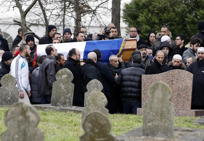 People carry the coffin of French police officer Ahmed Merabet who was killed by Islamist gunmen, on January 13, 2015 in Bobigny, near Paris (AFP Photo/Kenzo Tribouillard)