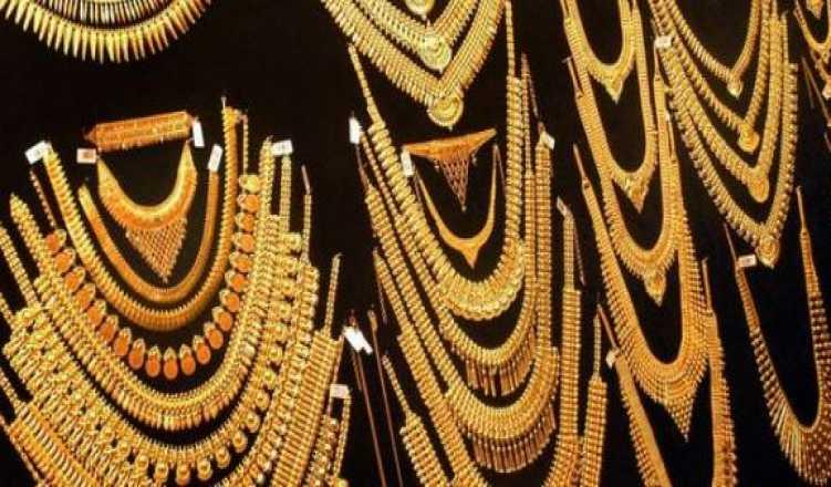 Gold hits record high of Rs 38,666 per 10 gram