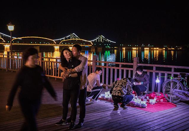 "<p>A Chinese couple embrace as they stand near the ""Friendship Bridge"", left, and ""Broken Bridge"", right, next to the Yalu river near the border city of Dandong, Liaoning province, northern China towards the city of Sinuiju, North Korea on May 24, 2017 in Dandong, China. (Photo: Kevin Frayer/Getty Images) </p>"
