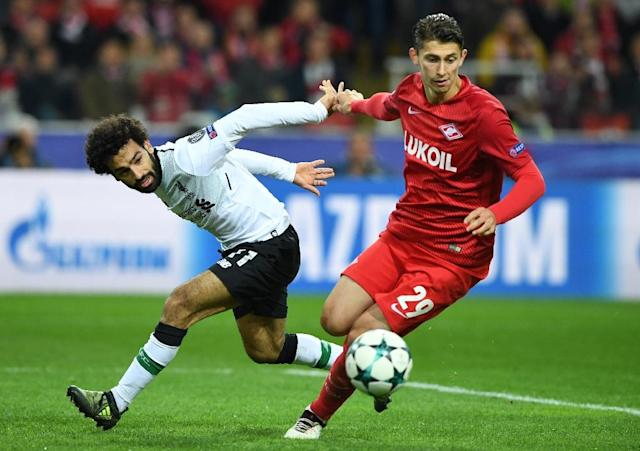 Liverpool's forward Mohamed Salah (L) and Spartak Moscow's defender Ilja Kutepov vie for the ball during the UEFA Champions League Group E football match September 26, 2017 (AFP Photo/Yuri KADOBNOV)