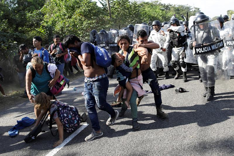 Migrants, mainly from Central America and marching in a caravan, react as members of the security forces approach to them, near Frontera Hidalgo, Chiapas, Mexico January 23, 2020. REUTERS/Andres Martinez Casares