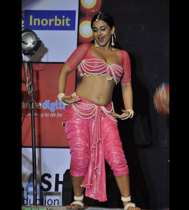 This is the first time that she is performing live during a promotional event.