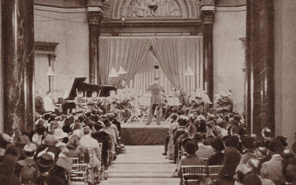 A lunchtime concert at the National Gallery during the Second World War - Bridgeman