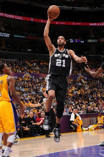 Duncan leads Spurs' rout, pushing Lakers to brink