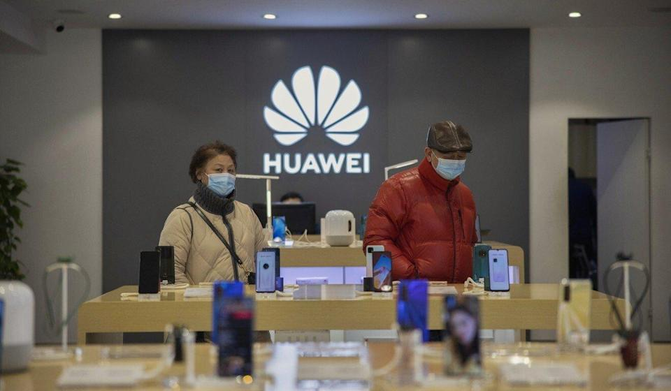 Customers visit a store of Huawei Technologies Co in Shanghai on January 10, 2021. Photo: EPA-EFE
