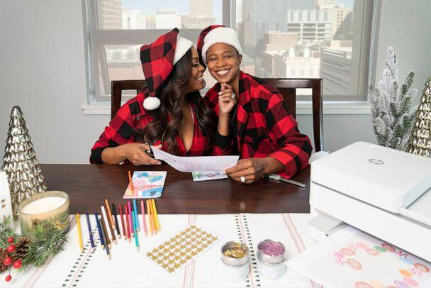 PHOTO: Niecy Nash and wife Jessica Betts get cozy while getting into some holiday crafting. (HP Inc.)