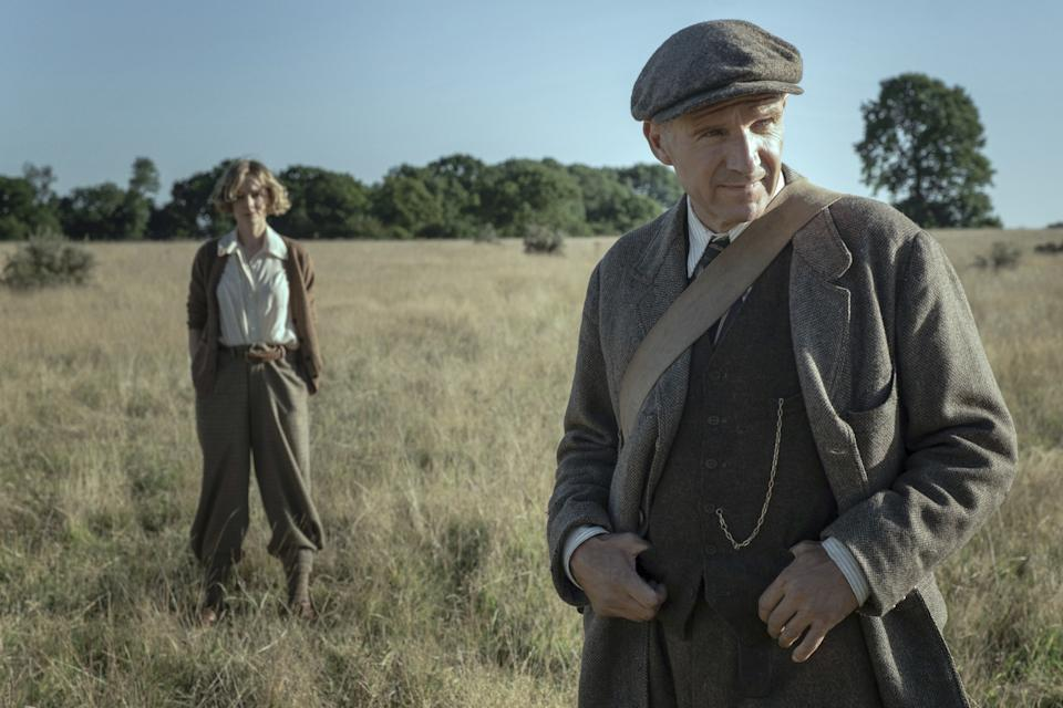THE DIG (L-R): CAREY MULLIGAN as EDITH PRETTY, RALPH FIENNES as BASIL BROWN. (LARRY HORRICKS/NETFLIX © 2021)