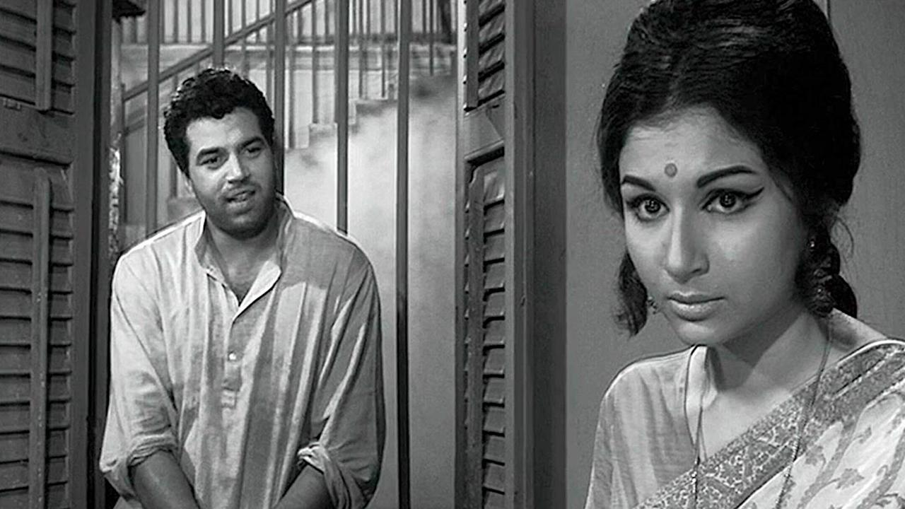 """After Shakti Samanta, it was master director Hrishikesh Mukherjee who had tapped on the phenomenal actress's talent, like none other. As the reticent Uma, against a sensitive poet Dharmendra, Mukherjee's heroine delivered an evocative performance through the quiet dialogues offered to her. This silent, subdued Sharmila is very different from the playful """"Champa Chameli' of <em>Kashmir ki Kali</em>, but endears herself with the audience alike."""