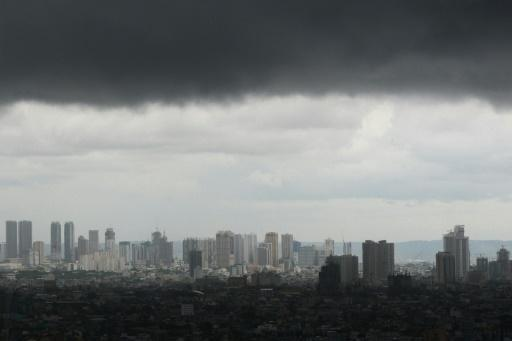 Thousands flee as typhoon smashes into Philippines