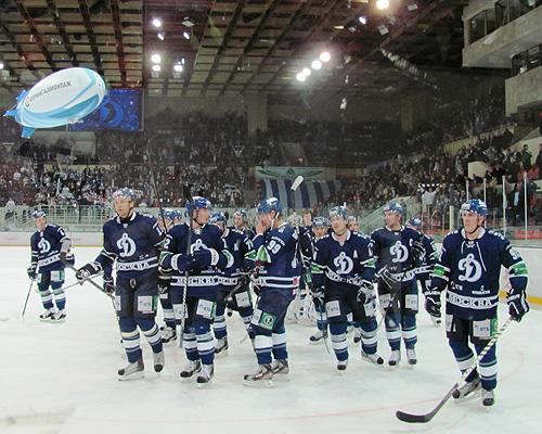 Dynamo Moscow salutes crowd after a win. (#NickInEurope)