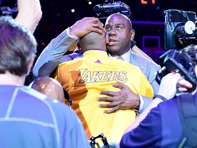 Magic Johnson tells Kobe Bryant not to fear anything. (Getty Images)
