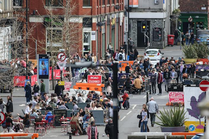People flock to pubs and bars on Stevenson Square in Manchester. Pubs and restaurants with outdoor space have been allowed to reopen as lockdown restrictions are eased in the UK. (Photo by Adam Vaughan / SOPA Images/Sipa USA)